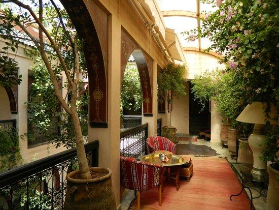 Riad Dar Anika : Hallway overlooking the courtyard