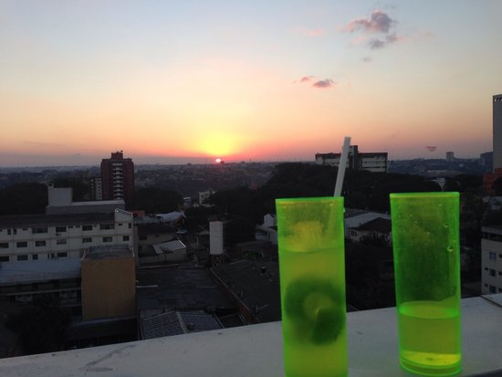 Che Lagarto Hostel & Suites Foz do Iguacu: Drinks and Sunset on the Roof Terrace