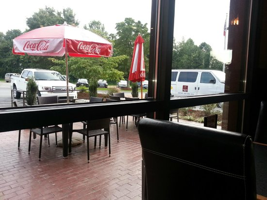 Clarion Inn Airport: outdoor eating area
