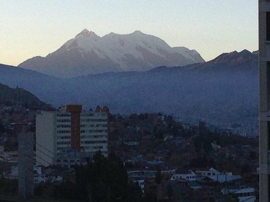 Camino Real Aparthotel & Spa: Illimani com seu cume nevado visto da janela do quarto