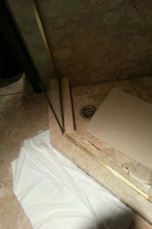 Montreal Marriott Chateau Champlain: Broken shower step - hazardous
