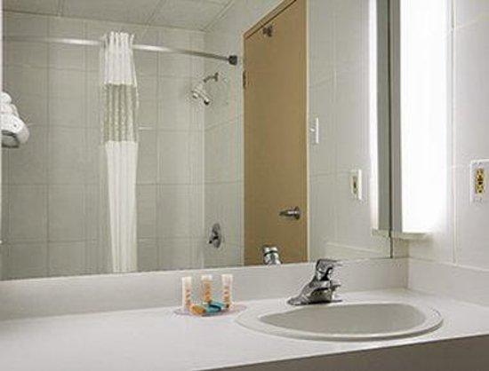 Travelodge Hotel Montreal Airport : Bathroom