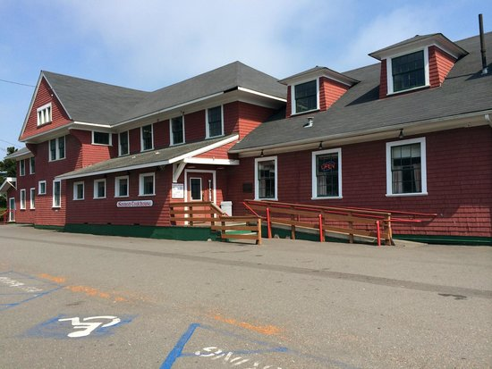 Samoa Cookhouse: Front of restaurant with empty parking lot