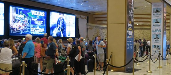 MGM Grand Hotel and Casino : Check-in line