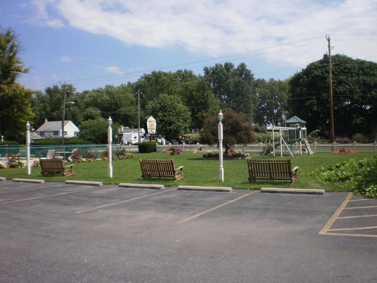 Cherry Lane Motor Inn: pool on the left, kids play area on the right - view from parking lot