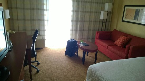 Courtyard St. Louis Creve Coeur: nice clean room with seating