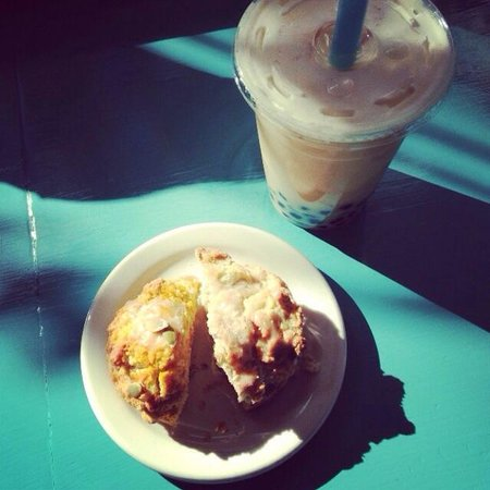 Poppleton Bakery and Cafe: Blueberry scone and coconut bubble tea!! So good!!