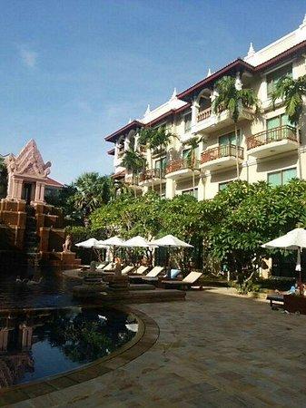 Sokha Angkor Resort : プールがホテルの真ん中にあります。部屋はプールビューがお勧め。