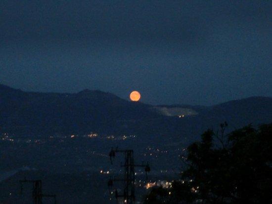 Royal Hotel Montevergine: Salida de la luna, vista desde la habitación