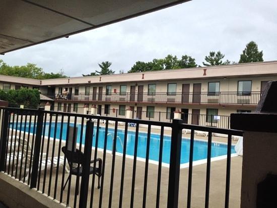 Days Inn & Suites Lancaster : pool courtyard at days inn lancaster