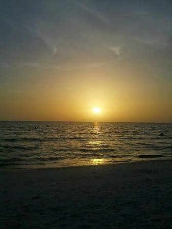 Marco Beach Ocean Resort: Enjoying the sunset @ MBOR