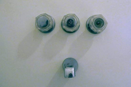 Chebeague Island Inn: Tub fixture with missing cap on cold water faucet.