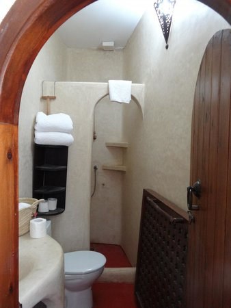 Dar KamalChaoui: Beautiful traditional tadelakt bathroom