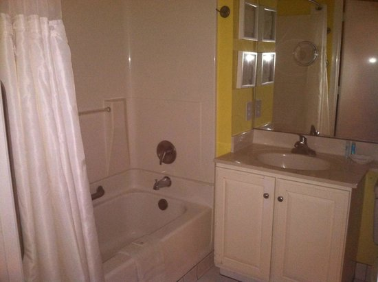Shell Island Resort: The other of the two bathrooms!