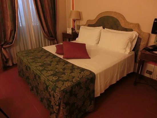 BEST WESTERN Hotel Canada: ダブルルームシングルユース 広いベッドで快適
