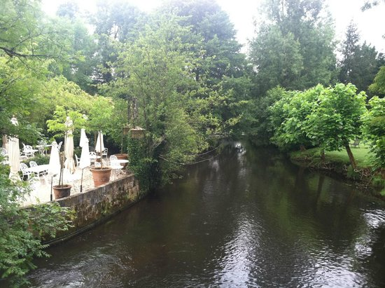 Le Moulin du Roc : waterway along outdoor dining
