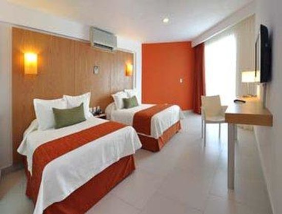 Hotel Ramada Cancun City: Guest Room With Two Double Beds