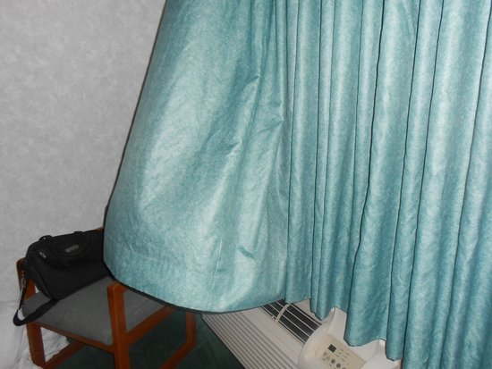 Days Inn Alpena: Drapes billow out when a/c is on