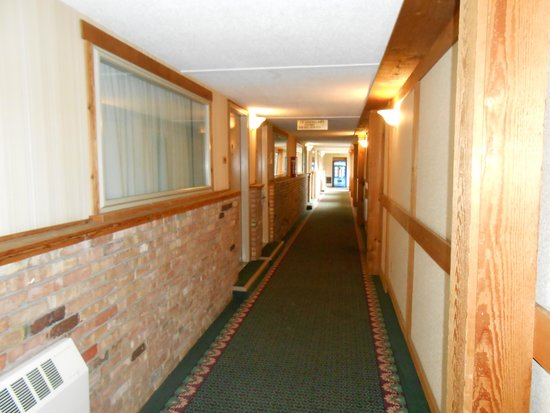 Days Inn Alpena: Hallway looks like it used to be the exterior.