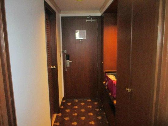 Ramada D MA Bangkok : Entrance to my room and bathroom to the left