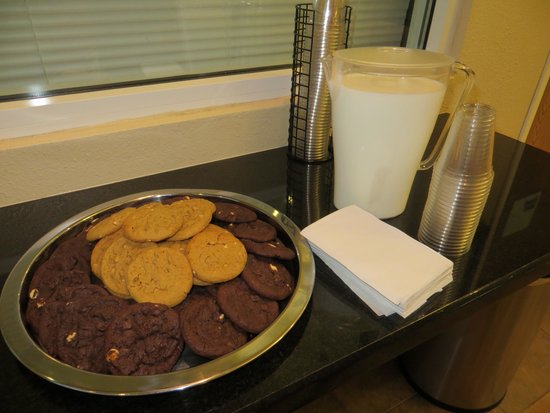 Holiday Inn Express Hotel and Suites Scottsdale - Old Town : Yum! Milk and cookies