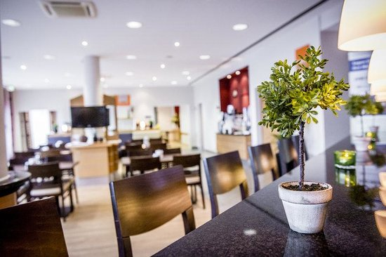 Holiday Inn Express Koln-Mulheim : Stay relaxed at our cozy Lobby Bar