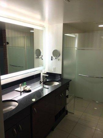 Elara by Hilton Grand Vacations : Master Bathroom