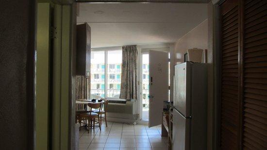 Ocean Holiday Motor Inn: Looking from bedroom to living area