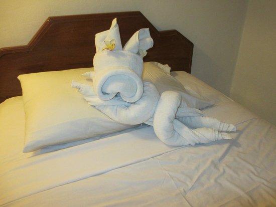 Dewi Sri Hotel: Staff like making towel animals