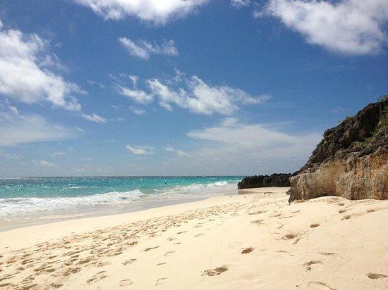 Coco Reef Resort Bermuda: beach rock formations