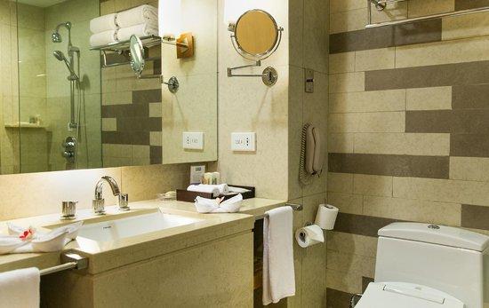 Holiday Inn Resort Baruna Bali: The bathroom. It looks new and clean.