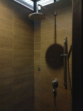 Aonang Orchid Resort: The Rain Shower has strong water pressure which is great