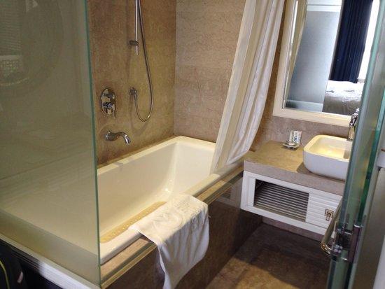 """Golden Silk Boutique Hotel: Слева видна """"стена"""" из матового стекла, которая отделяет номер от ванной."""