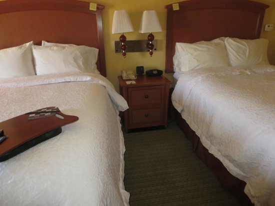 Hampton Inn Tropicana: bedroom with hampton beds