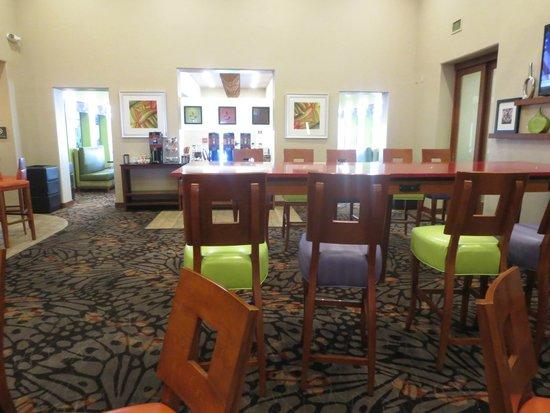 Hampton Inn Tropicana: dining area