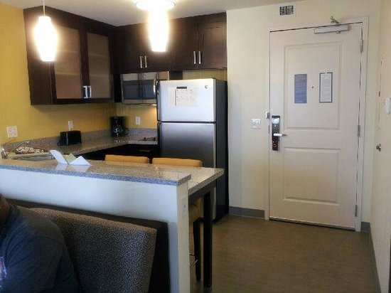 Residence Inn Chicago Wilmette: Kitchen with stocked with plates, glasses, and cookware