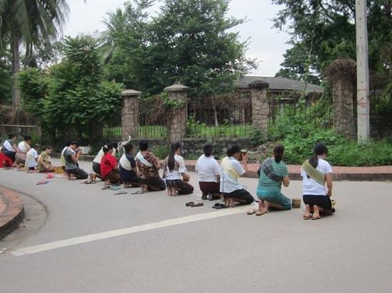 Alms Giving Ceremony: 裸足になって僧侶を待つ、厳かな時間。ワット・タートルアンの前で。