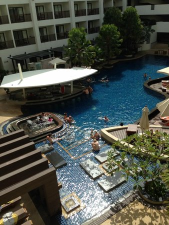 Deevana Plaza Phuket Patong: Pool View and Swim-Up Bar