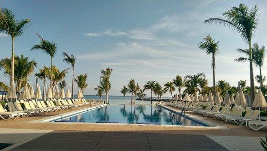 Hotel Riu Palace Jamaica: Courtyard looking toward the ocean