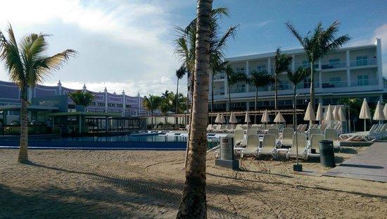 Hotel Riu Palace Jamaica: Courtyard from the beach