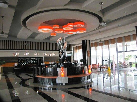 Hotel Riu Palace Jamaica: Main lobby with reception desk, doors leading to courtyard