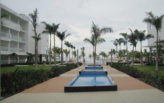 Hotel Riu Palace Jamaica: Courtyard toward beach