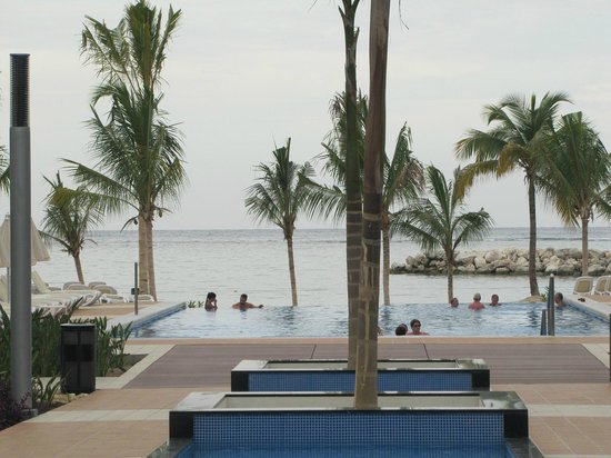 Hotel Riu Palace Jamaica: The pool just seems to join the ocean