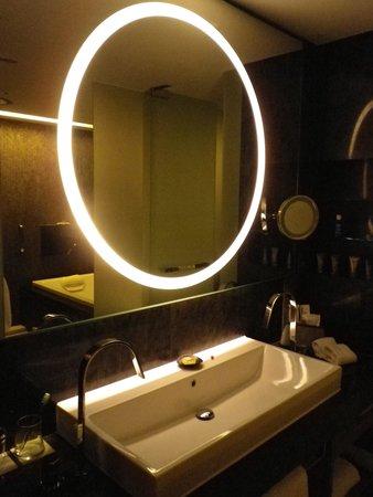 Hotel ICON: 洗面台