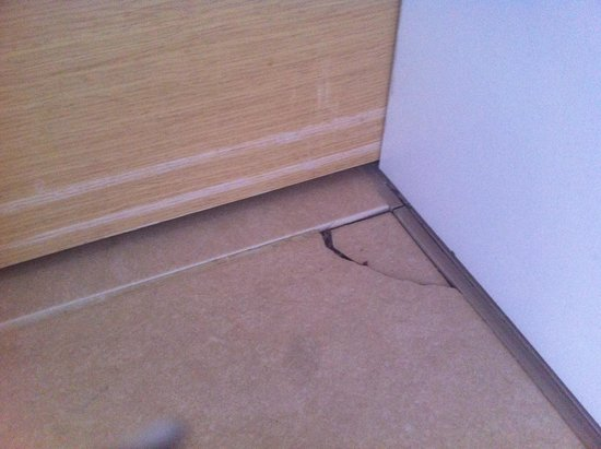 HM Martinique: Another damaged floor tile in the bedroom