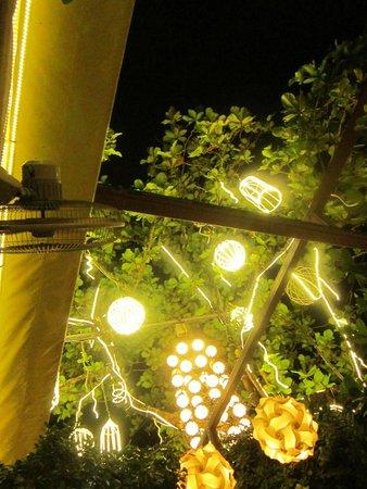 Tropica Restaurant & Beer Garden: Beautiful lighting