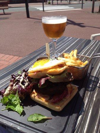 La Villa: Le burger améliorer pour les gourmands : excellent