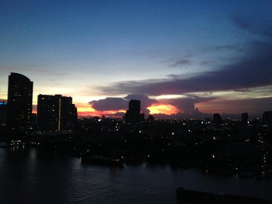 Chatrium Hotel Riverside Bangkok: Sunset View From Balcony