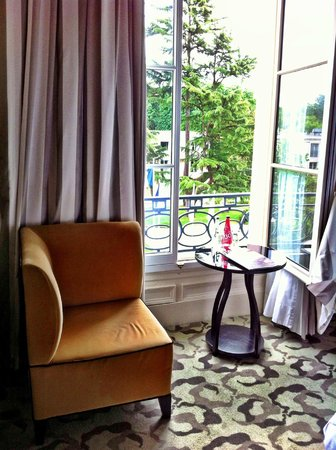 Trianon Palace Versailles, A Waldorf Astoria Hotel : Coffee with a view, looking out from the main palace building
