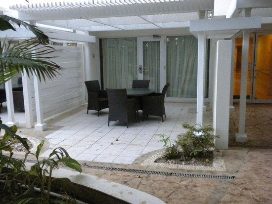 Caribe Hilton San Juan: Private patio near entrance, looking out on the garden.